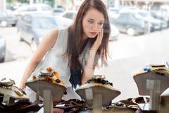 Bella ragazza che sceglie gioielli in negozio Fotografie Stock Libere da Diritti