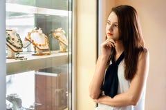 Bella ragazza che sceglie gioielli in negozio Fotografia Stock Libera da Diritti
