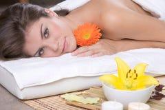 Bella ragazza che si distende sulla tabella di massaggio Fotografia Stock Libera da Diritti