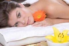 Bella ragazza che si distende sulla tabella di massaggio Fotografie Stock