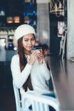 Bella ragazza che si diverte che beve Martini in una barra Fotografia Stock