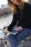 Bella ragazza che si siede con un computer portatile nel parco Le possibilità sono senza fine su Internet Fotografia Stock Libera da Diritti