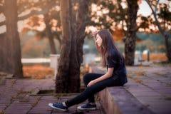 Bella ragazza che si siede da solo Immagini Stock