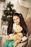 Bella ragazza che si siede nella sedia Fotografia Stock Libera da Diritti