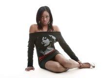 Bella ragazza che si siede sul pavimento Immagine Stock Libera da Diritti