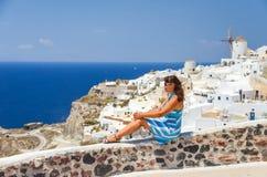 Bella ragazza che si siede sul pendio di collina Immagine Stock Libera da Diritti