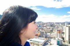 Bella ragazza che si siede sullo sguardo del tetto Immagini Stock Libere da Diritti