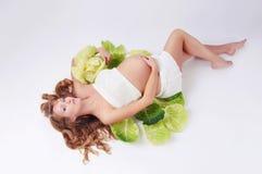 Bella ragazza incinta che si trova nel cavolo Fotografie Stock Libere da Diritti