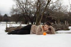 Bella ragazza che si trova nella neve Immagini Stock