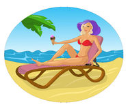 Bella ragazza che si trova su una chaise-lounge del sole Vettore Fotografia Stock Libera da Diritti