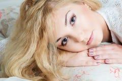 La bella ragazza sveglia Fotografie Stock Libere da Diritti