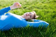 Bella ragazza che si trova sull'erba Immagini Stock Libere da Diritti