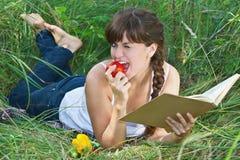 Bella ragazza che si trova sull'erba Immagine Stock
