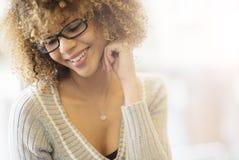 Bella ragazza che sorride dalla finestra immagini stock libere da diritti