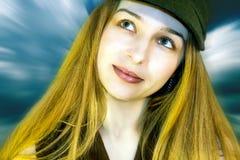 Bella ragazza che sorride e che pensa fotografie stock