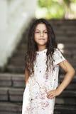 Bella ragazza che sorride nella sosta Fotografie Stock Libere da Diritti