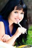 Bella ragazza che studia nella sosta Fotografia Stock Libera da Diritti