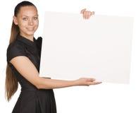 Bella ragazza che tiene cartello bianco in bianco e Fotografia Stock