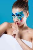 bella ragazza che tiene un manifesto fotografie stock libere da diritti