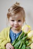 Bella ragazza che tiene un mazzo dei tulipani gialli Fotografie Stock