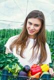 Bella ragazza che tiene una scatola con le verdure Fotografia Stock