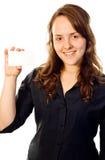 Bella ragazza che tiene una scheda bianca Fotografie Stock Libere da Diritti