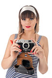 Bella ragazza che tiene vecchia macchina fotografica fotografie stock libere da diritti
