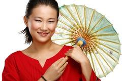 Bella ragazza cinese con l'ombrello casalingo tradizionale Fotografia Stock