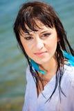 Bella ragazza con capelli bagnati vicino al mare immagini stock libere da diritti