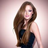 Bella ragazza con capelli diritti lunghi Fotografie Stock Libere da Diritti