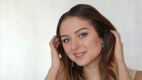 Bella ragazza con capelli lunghi che esamina la macchina fotografica video d archivio