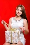 Bella ragazza con capelli lunghi con il contenitore di regalo Fotografia Stock Libera da Diritti