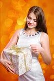 Bella ragazza con capelli lunghi con il contenitore di regalo Immagini Stock Libere da Diritti