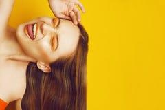 Bella ragazza con capelli lunghi diritti marroni brillanti Trattamento, cura e stazione termale Donna con trucco arancio con le l fotografie stock libere da diritti