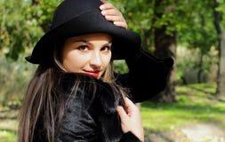 Bella ragazza con capelli lunghi e un cappello Immagine Stock
