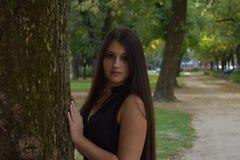 Bella ragazza con capelli lunghi nel parco Fotografie Stock Libere da Diritti