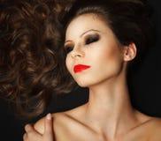 Bella ragazza con capelli marroni lunghi fotografia stock libera da diritti