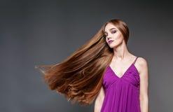 Bella ragazza con capelli molto lunghi Il modello e la bellezza di concetto immagine stock
