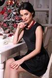 Bella ragazza con capelli neri a casa decorata Fotografia Stock