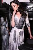 Bella ragazza con capelli neri nell'interno di lusso Fotografie Stock