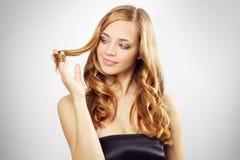 Bella ragazza con capelli ondulati lunghi Fotografia Stock