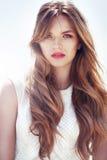 Bella ragazza con capelli ricci lunghi Fotografie Stock