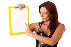 Bella ragazza con documento in bianco Fotografie Stock Libere da Diritti