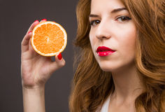 Bella ragazza con frutta arancio Fotografia Stock Libera da Diritti