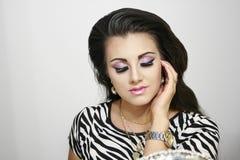 Bella ragazza con gli occhi chiusi, posa sensuale di modo Fotografia Stock Libera da Diritti