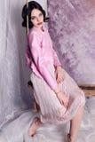 Bella ragazza con i capelli di scarsità scuri in vestiti eleganti Immagini Stock Libere da Diritti