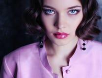Bella ragazza con i capelli e gli occhi azzurri di scarsità scuri Fotografie Stock