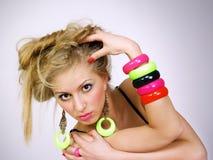 Bella ragazza con i capelli giusti lunghi in reggiseno luminoso Fotografie Stock Libere da Diritti