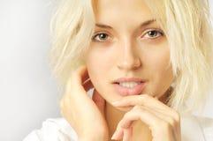 Bella ragazza con i capelli selvaggi sul bianco Immagine Stock