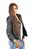 Bella ragazza con i dreadlocks capelli e bomber Immagine Stock